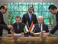 Член Центрального комитета ФАТХ Аззам аль-Ахмад (слева), заместитель главы Политбюро Хамаса Салех аль-Арури (справа) и глава Главного разведывательного управления Египта Халед Фаузи (сзади)