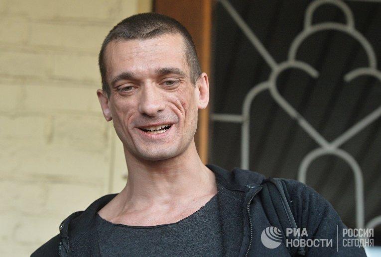Художник Петр Павленский у здания Мещанского суда Москвы. 2016 год