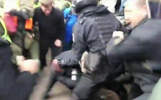 Как майдановцы избили полицейского