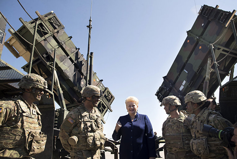 Президент Литвы Даля Грибаускайте во время учений подразделений ПВО НАТО Tobruq Legacy 2017