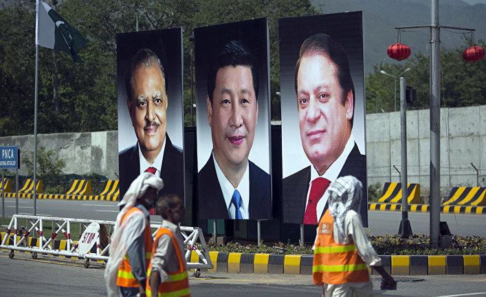 Фотографии председателя КНР Си Цзиньпина, президента Пакистана Мамнуна Хуссейна и премьер-министра Пакистана Наваза Шарифа