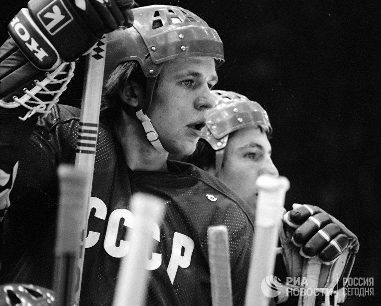 Защитник советской сборной команды по хоккею с шайбой Вячеслав Фетисов (слева).