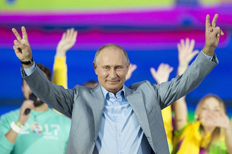 Президент РФ Владимир Путин на шоу «Россия» в рамках XIX Всемирного фестиваля молодежи и студентов