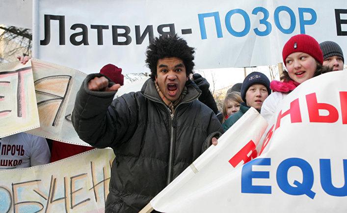 Акция протеста против реформы образования перед парламентом Латвии в Риге