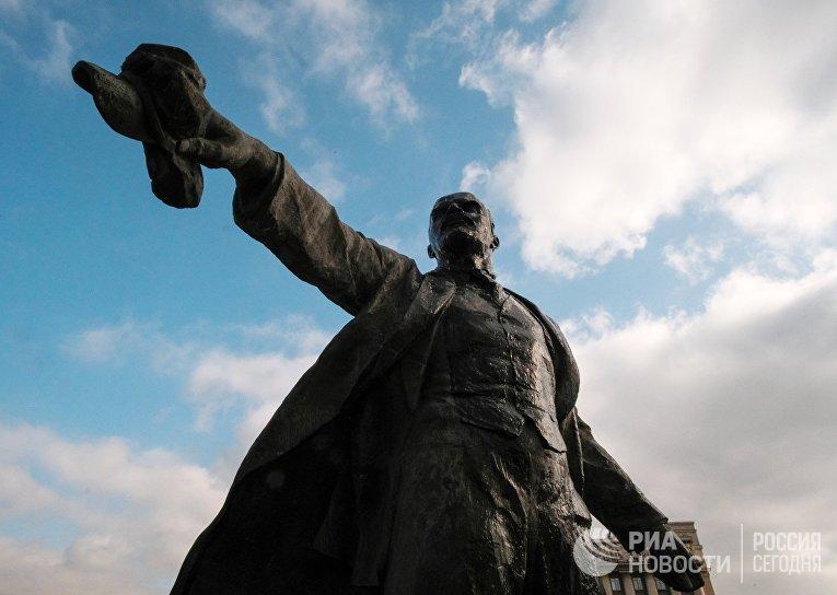 Мойка памятника В. И. Ленину на Московской площади в Санкт-Петербурге