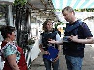 Первый зам главы Специальной мониторинговой миссии ОБСЕ на Украине Александр Хуг общается во время посещения города Ясиноватая Донецкой области. 23 июня 2017