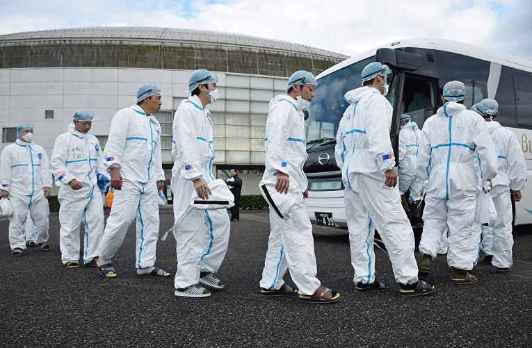 Военные, мобилизованные для борьбы с птичьим гриппом на птицеферме в Дзеэцу, Япония