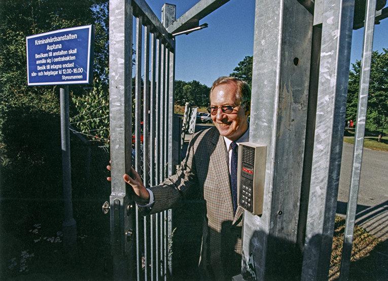 Шведский шпион Стиг Берглинг покидает территорию тюремного комплекса после отбытия наказания за шпионаж в пользу СССР
