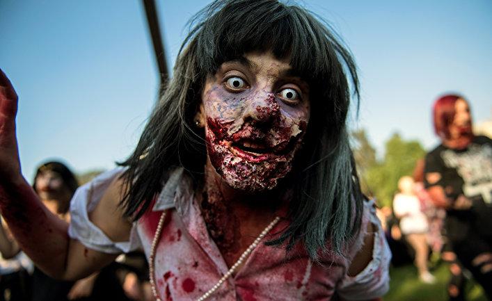 Чилийские студенты принимают участие в параде в рамках предстоящего празднования Хэллоуина в Сантьяго