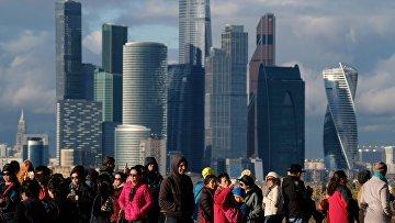 Вид со смотровой площадки МГУ им. М.В. Ломоносова на Международный деловой центр «Москва-Сити» в Москве