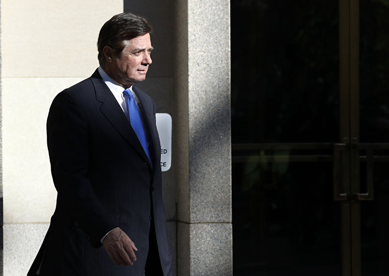 Экс-глава предвыборного штаба Трампа Пол Манафорт после заседания суда в Вашингтоне. 30 октября 2017