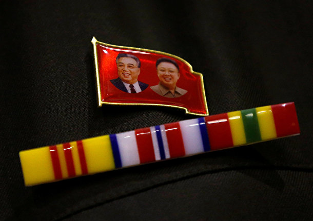 Значек с основателем КНДР Ким Ир Сеном и бывшим лидером КНДР Ким Чен Иром