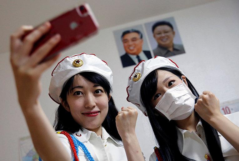 Селфи перед портретами Ким Ир Сена и Ким Чен Ира
