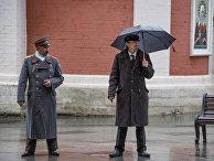 Двойники Ленина и Сталина на Красной площади в Москве