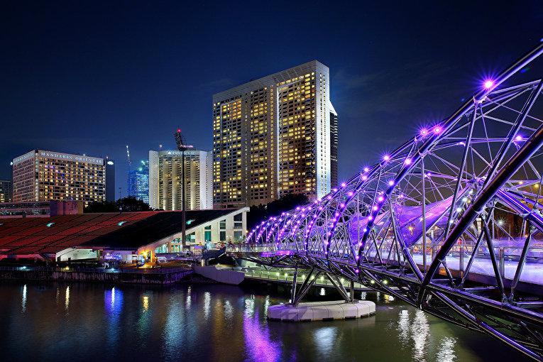 Пешеходный мост Хеликс-бридж в заливе Марина в Сингапуре