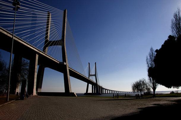 Мост Васко Да Гамы пересекает реку Тахо в зоне Большого Лиссабона