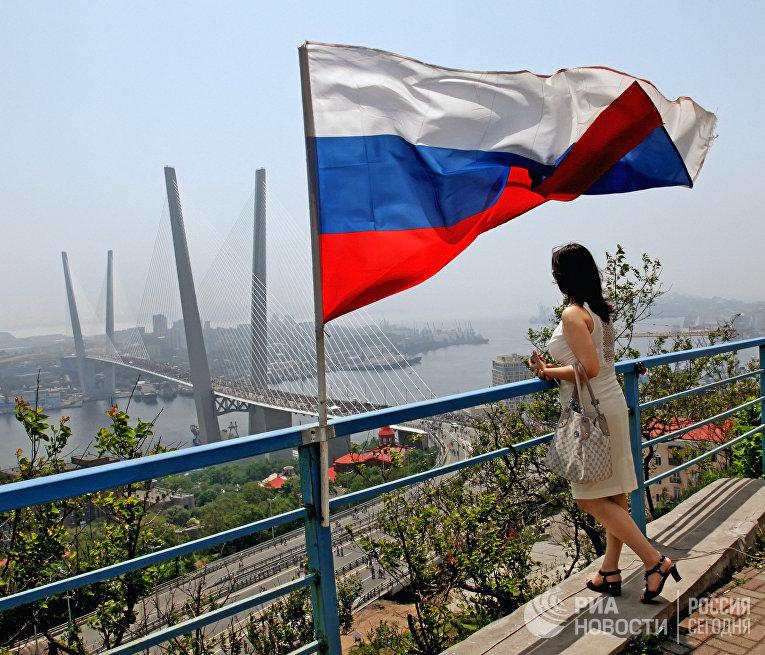 Флэшмоб «Я люблю Владивосток» на мосту через бухту Золотой Рог