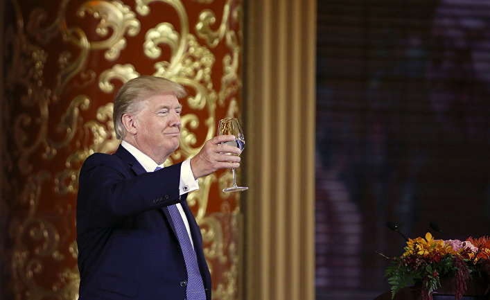 Президент США Дональд Трамп во воемя официального ужина в Пекине
