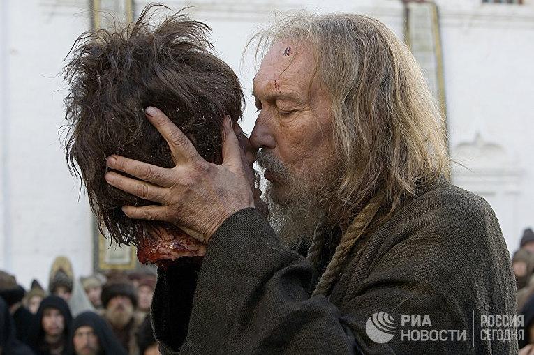 """Сцена из фильма режиссера Павла Лунгина """"Царь"""""""