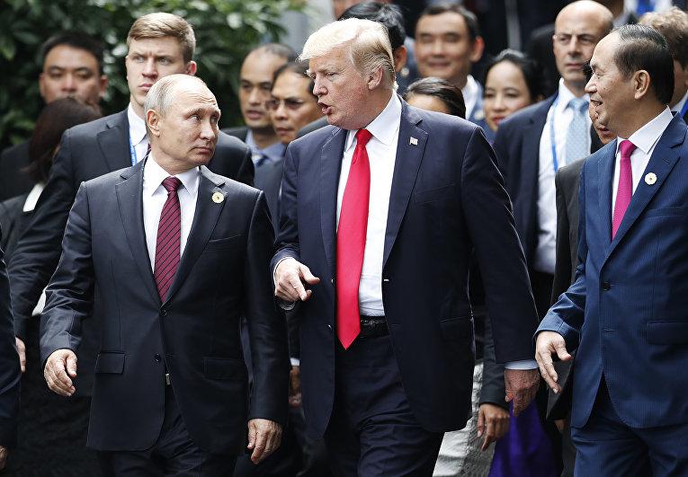 Президент России Владимир Путин и президент США Дональд Трамп на саммите АТЭС во Вьетнаме. 11 ноября 2017