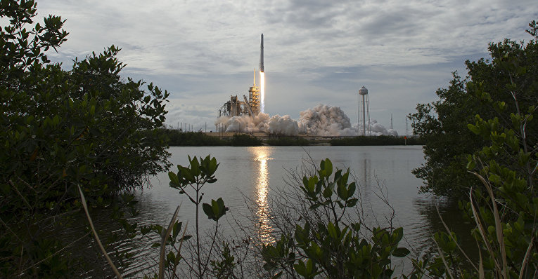 Старт ракеты Falcon 9 с космодрома на мысе Канаверал