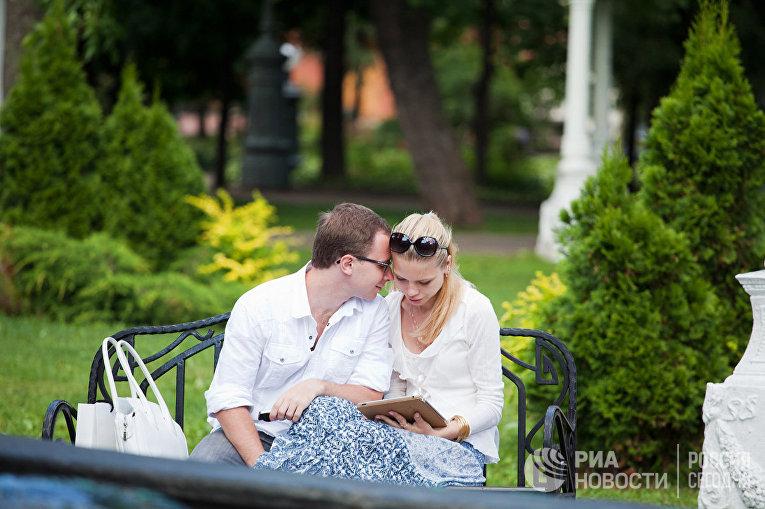 """Влюбленная пара в саду """"Эрмитаж"""""""