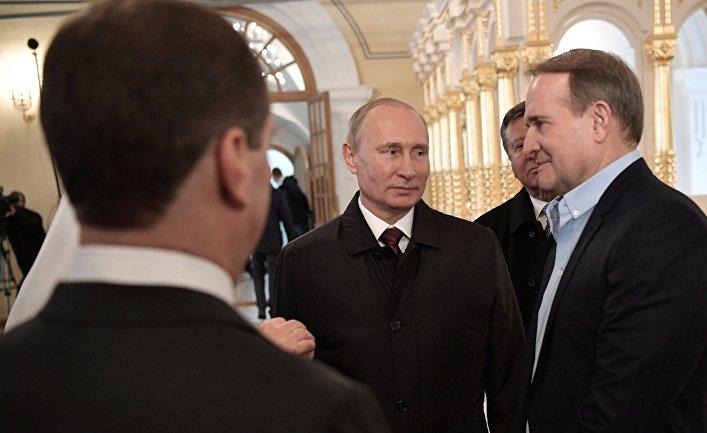 Президент РФ Владимир Путин и представитель Украины в подгруппе по гуманитарным вопросам Контактной группы по Украине Виктор Медведчук