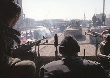 Бойцы Внутренних войск МВД РФ патрулируют район Черноречья в Грозном