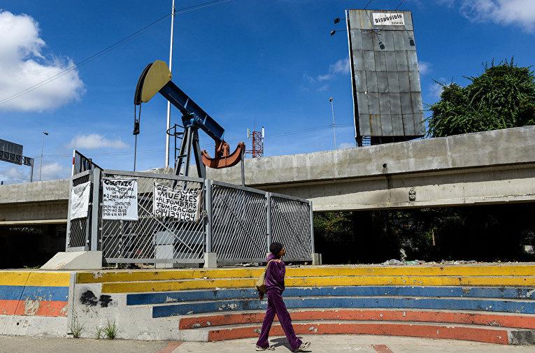 Нефтяной насос у Центрального университета Венесуэлы в Каракасе