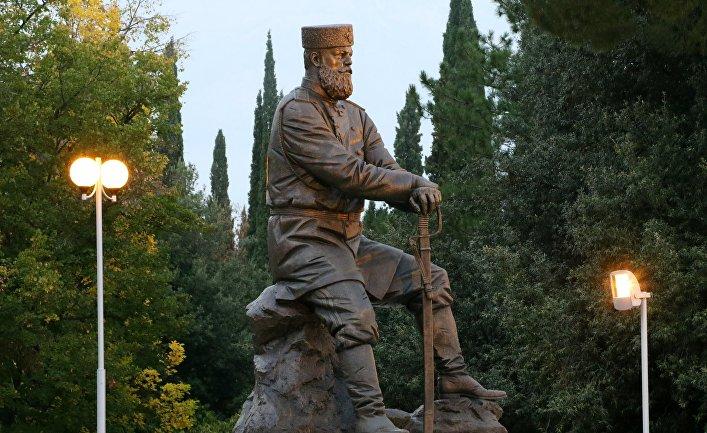 Памятник императору Александру III, установленный в Ливадийском парке в Крыму