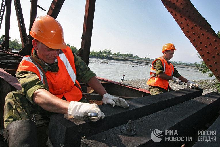 Железнодорожные войска министерства обороны РФ восстанавливают участок железной дороги в Абхазии