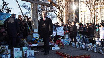 Петр Порошенко на церемонии возложения цветов к кресту Небесной сотни в Киеве