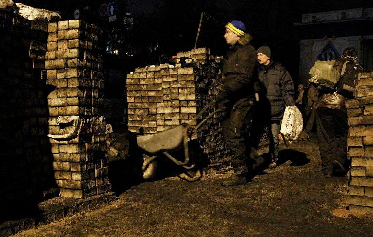 Демонстранты строят баррикады в Киеве