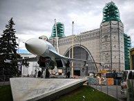 """Истребитель Су-27 возле павильона № 32 """"Космос"""" во время проведения работ по реконструкции ВДНХ"""