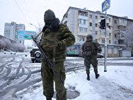 Вооруженные люди в военной форме в Луганске