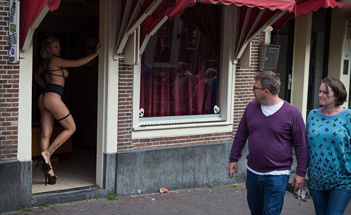 Проститутка в квартале красных фонарей в Амстердаме