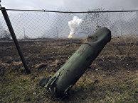 Часть ракеты, на фоне пожара и взрывов на складах боеприпасов в Балаклее, Украина
