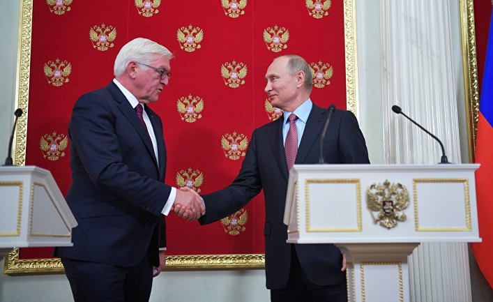 Президент РФ Владимир Путин и федеральный президент Федеративной Республики Германия Франк-Вальтер Штайнмайер на пресс-конференции. 25 октября 2017