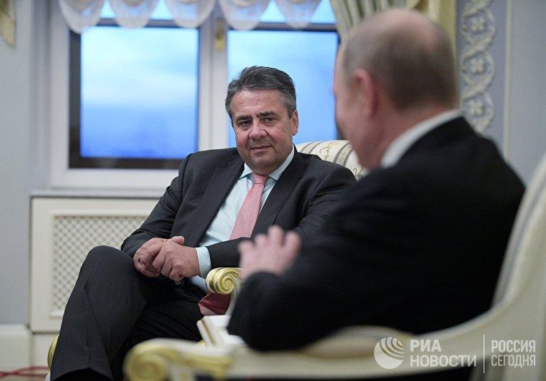 Президент РФ Владимир Путин и глава МИД Германии Зигмар Габриэль
