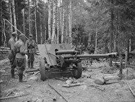 Финские солдаты осматривают брошенную советскую технику