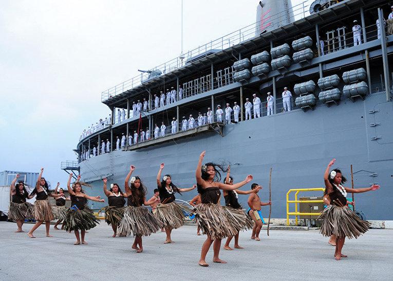 Жители острова Гуам исполняют традиционный танец для экипажа корабля «Фрэнк Кейбл»
