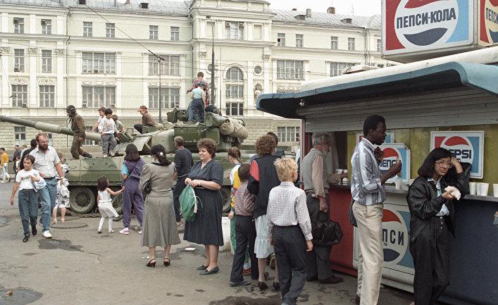 Танк, стоящий на одной из улиц Москвы во время августовского путча 1991 года