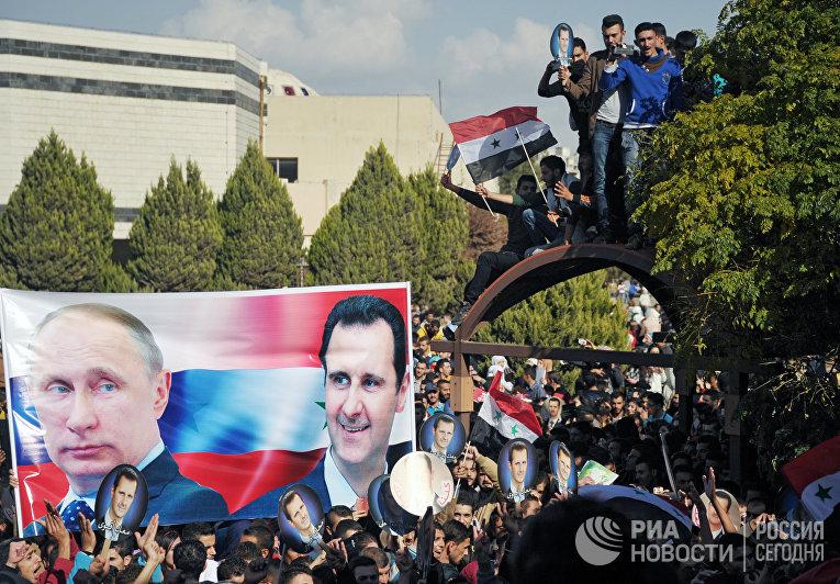 "Участники митинга студентов университета ""Баас"" в Хомсе в поддержку операции Воздушно-космических сил РФ в Сирии"