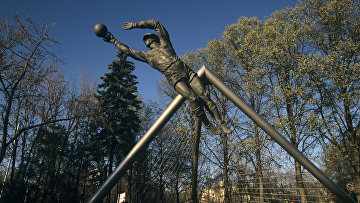 Памятник футболисту-вратарю Льву Ивановичу Яшину