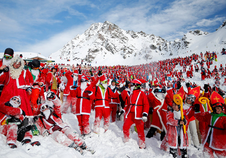 Отдыхающие в костюмах Санта-Клауса на горнолыжном курорте Вербье