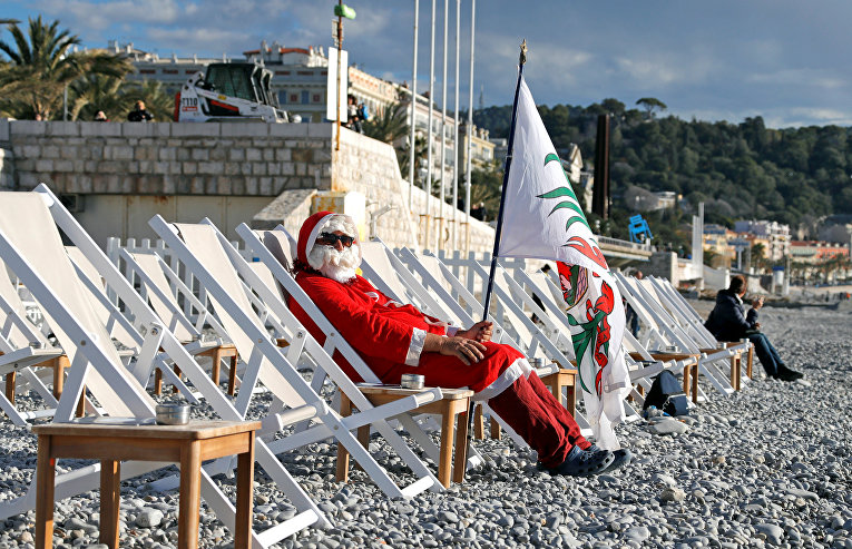 Санта принимает солнечные ванны в Нице, Франция