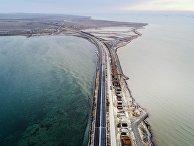 Вид на строящийся Крымский мост в Керченском проливе