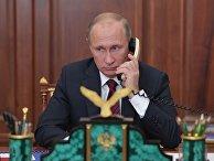 Владимир Путин во время телефонного разговора