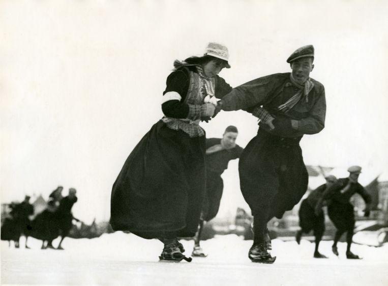 Катание на деревянных коньках