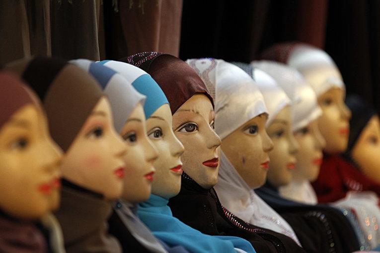 Продажа платкой на ежегодной мусульманской выставке в Ле-Бурже